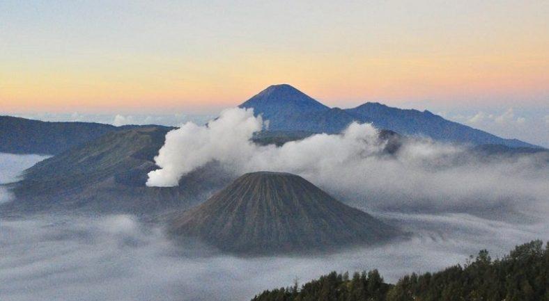 【ブロモ山】聖なるブロモ山から朝日鑑賞 1泊2日