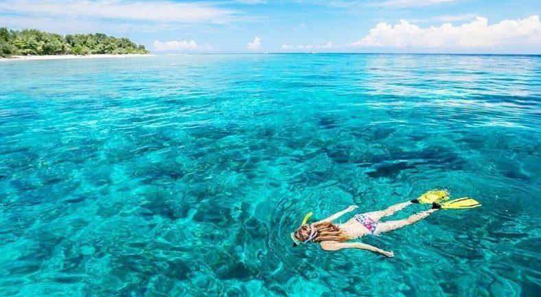 インドネシアのビーチでシュノーケリングを満喫